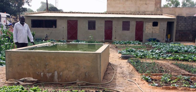 Le jardin solidaire de Main blanche Main noire est indépendant en eau grâce au puits et au bassin.